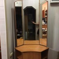 Продается угловая тумбочка с зеркалом.